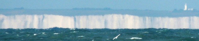 Les côtes anglaises vues depuis le bas de la falaise du Petit Blanc-Nez Le phare à droite semble être celui de South Foreland