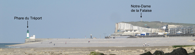 La plage de galets du Tréport et la falaise de Mers-les-Bains dans le fond