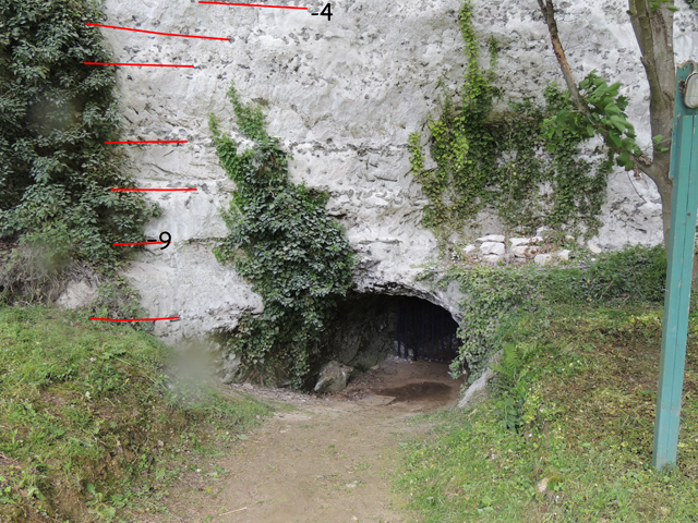 Entrée de la grotte des Petites Dales et niveaux de silex