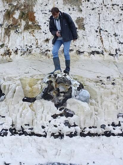 """Paramoudra du Coniacien moyen entre Fécamp et Grainval - Les bottes d'Yves Lepage sont sur la marne """"Les Loges"""", rapportée à la marne Belle Tout 2 du Sussex"""